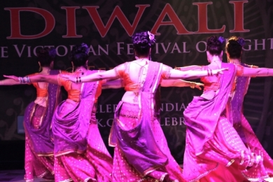 Diw2 Hips perfectly inline in this Bollywood show